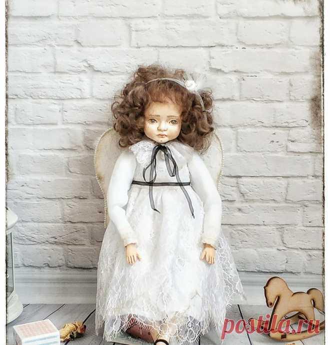 Ангел Агнет, кукла выполнена в винтажном стиле. В технике Тедди Долл. Рост 38 см. Лицо, кисти и ноги выполнены из ладолла, расписано акварелью. Одежда батист, кружево и ажурные ткани. Волосы, ангорская козочка. Голова, руки и ноги на дисковом креплении Кукла с авторским лицом. Выполнена в одном экземпляре.