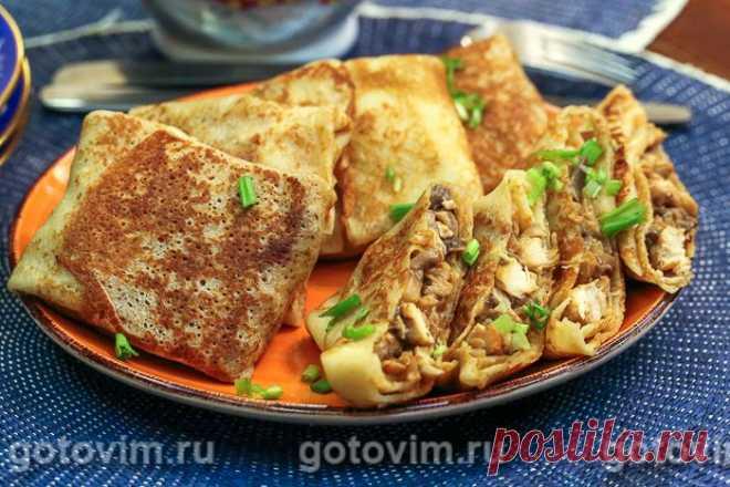 Блины с курицей и грибами. Рецепт с фото Блины с курицей и грибами - один из самых популярных вариантов блинов с начинкой. Пара таких блинов может стать полноценным основным блюдом на обед. Блинное тесто можно замесить по любому рецепту из вашей копилки. Я пекла тонкие заварные блины на кефире, т.к. они получаются нейтральными по вкусу. Для начинки подойдет куриная грудка и свежие шампиньоны.