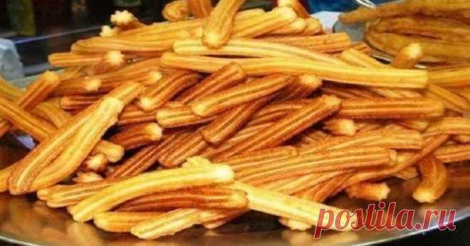 Чуррос – это лакомство, которое очень популярно в Испании. Его рецепт знает каждая хозяйка. Такие пончики продаются в уличных ларьках и специальных чуччериях. Поэтому те, кто был в Испании, наверняка пробовали это восхитительное блюдо. За 20 минут вы сможете напечь целую тарелку таких. Попробуйте — и они станут вашим любимым лакомством!