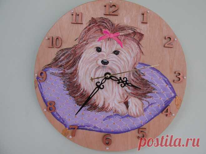"""Настенные часы """"Собачка"""" Настенные часы изготовлены из березовой фанеры 0,5 см толщиной, роспись акрилом, кварцевый часовой механизм, сверху покрыты лаком. Диаметр 27 см"""