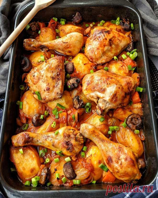 Ofen-Hähnchen mit Kartoffeln und Gemüse in Tomatensoße - Instakoch.de