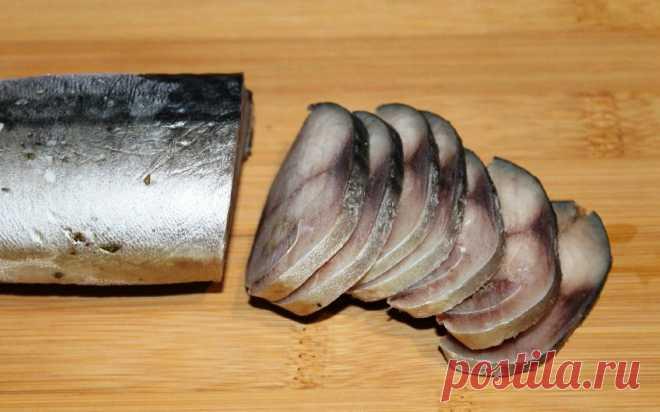 «Мурманское сало». Закуска из скумбрии, которую должен попробовать каждый Скумбрия получается очень вкусной и можно просто отварить к ней картофель, поставить на стол маринованные огурчики и праздник пройдет удачно и вкусно. Самое главное – возьмите свежую рыбу, которую не размораживали-замораживали несколько раз. Для приготовления вам потребуются такие ингредиенты: скумбрия, 1 шт; чеснок, 2 зубчика; лавровый лист, 1 шт; соль, 0.5 ч.л; перец, кориандр. Процесс […]