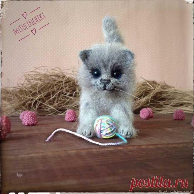 Котик связан из альпаки на шелке, тонирован, глазки стеклянные, стоит самостоятельно (проволочный каркас), наполнитель синтепух, Ростом 9 см, с хвостом -13, в длину 10 см.
