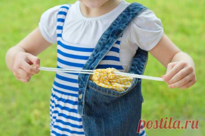 Сумочку из старых джинсов можно сшить и без швейной машинки! Чтобы сшить сумку через плечо, достаточно отрезать кусок ткани от нижней части джинсов.