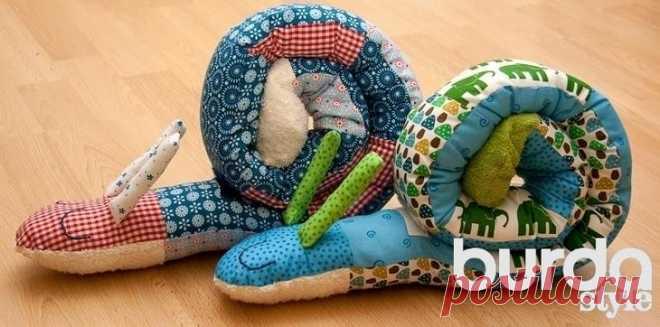 Как сшить подушку-игрушку для малыша Уникальная вещь, сшитая из лоскутков, долго будет радовать ребенка: самым маленьким она послужит подушкой, удобно укладываемой вокруг головки, а детям постарше станет отличной игрушкой. ВАМ ПОТРЕБУЕТС...