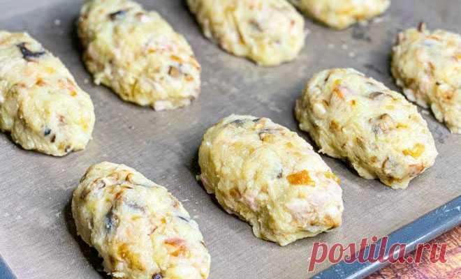 Нарезали курицу, грибы и картошку: замена котлетам в духовке