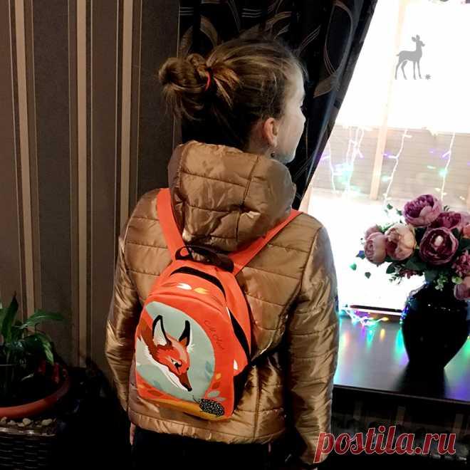 Лисичка и ежик – стильная деталь образа! Сегодня я хочу показать вам, как детский рюкзачок M-Sweet выглядит в деле. Посмотрите, какие яркие цвета. Они сразу же придают образу необычность, индивидуальность и, конечно, непосредственность.