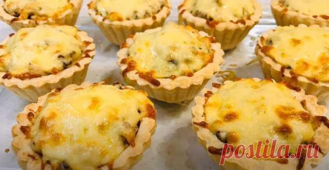 Жульен в Тарталетках с Грибами и Курицей Рецепт Жульен в тарталетках с грибами и курицей получается очень сочным и вкусным, а сама тарталетка остается хрустящей.