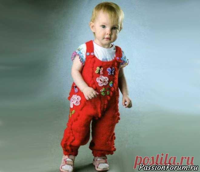 Комбинезон «Весенний» на 1-2 года | Вязание спицами для детей Вязаный спицами летний комбинезондля ребенка 1-2 года, вязание спицами детской пряжей красного цвета.Возраст:1-2 годаВам потребуется:пряжа «Детская новинка» (100% ПАН объемный, 200 м/50 г) - 150 г красного цвета, спицы №2, крючок №2, 4 фантазийные пуговицы, 4 кружевных цветочка, остатки...