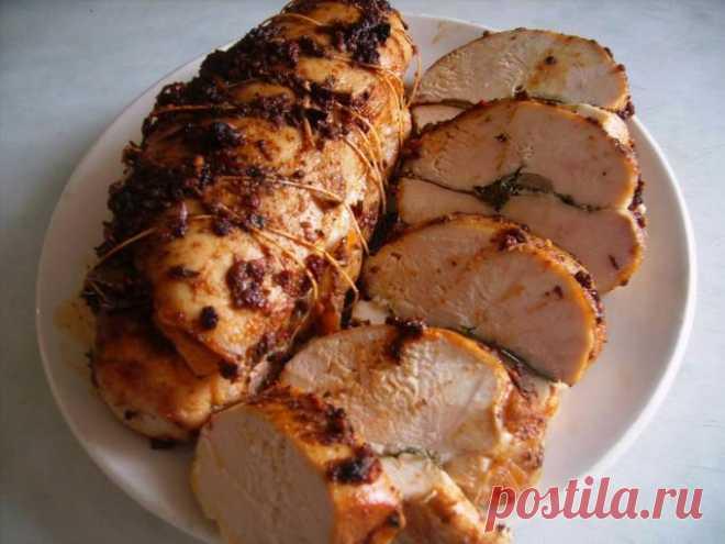 Пастрома из курицы     Ингредиенты: Куриные грудки — 2 шт Соль и специи — по вкусу Чеснок Растительное масло Рецепт приготовления пастромы из курицы: Для начала необходимо соединить специи, соль, чеснок через чеснокодав…