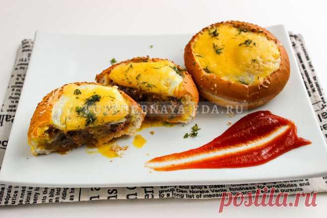 Булочки с фаршем и яйцом Отличный вариант для завтрака — булочки с фаршем и яйцом. Сытно, аппетитно и быстро в приготовлении.
