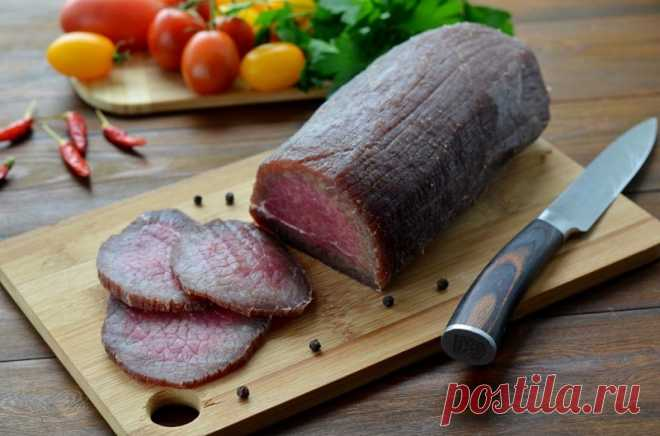 Залей мясо водкой, а еще лучше — коньяком, и посмотри, что произойдет через 3 дня Вкусное мяско, которое не требует особых затрат и кулинарных умений, — это находка для каждой хозяюшки. Нам стало так привычно жарить, запекать и варить продукты, что мы совсем позабыли о традиционном способе приготовления мяса — вялении...