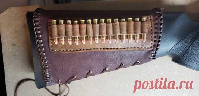 Чехол-патронташ из кожи Этот патронташ мастер сделал для своей винтовки 22WMR, но он может быть приспособлен для любого, в том числе охотничьего ружья. Инструменты и материалы:-Инструмент для работы с кожей:-Кожа;-Нитка;-Иглы;-Краска для кожи;-Контакт-цемент;-Линейка;-Бумага;-Ножницы;-Карандаш; Шаг первый: шаблон для