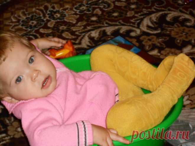 моя дочурка в тазике как на диване,,:)