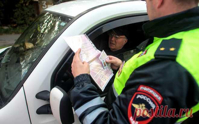 Имеет ли право инспектор ГИБДД уносить документы в машину? По требованию инспектора ГИБДД водитель обязан передать ему для проверки документы. Разумеется, перед этим страж порядка должен представиться и разъяснить автомобилисту причины остановки. К такому пол