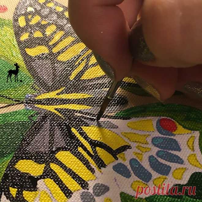 Круглая сумочка на лето  Начата работа по заказу новой круглой сумочки с бабочкой. Такой рисунок оказался очень востребованным, особенно в летний теплый период. Желтая бабочка Махаон присела на листочки и завораживает нас своей красотой.