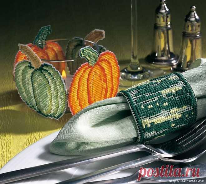 Вышивка на пластиковой канве для осенней сервировки стола.