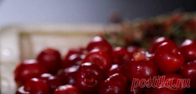 Cамый быстрый и вкусный вишневый пирог Многие из нас очень любят есть десерты c вишней. Она дает блюдам неповторимый вкус с кислинкой. Но времени на то, чтобы испечь пирог не всегда хватает. Поэтому мы подготовили для тебя простой рецепт летнего вишневого клафути...