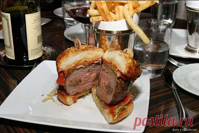 """США, Лас-Вегас: The Fleurburger 5000 от Fleur, за 5000 долларов. 10 фотографий о том, что богатенькие Буратины уже золото едят. Обо всём, об этом можно сказать: """"Коль соли под рукой не оказалось, возьмите золото взамен"""". В конце июля этого года, в Лондоне был продемонстрирован бургер (резанная булка и котлета), мясо для которого обошлось (вдумайтесь!) в 250 тысяч фунтов стерлингов."""