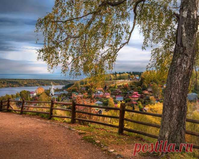 Картинки дорога, осень, пейзаж, природа, город, река, дерево, забор, дома, ограждение, берёза, волга, плёс, андрей Чиж - обои 1280x1024, картинка №364445