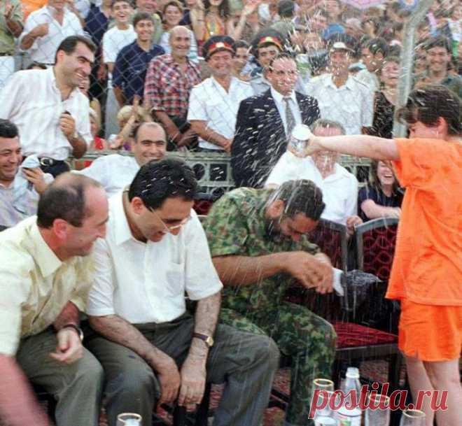 Շնորհավոր......Վարդավառ։🌞 Այսօր Վարդավառ է` տոն մաքրագործման, սիրո ու սրբագործման, միավորման ու պտղաբերության: Բացառիկ լուսանկար....բացառիկ կադր՝Վարդավառ 1998-ի Վարդավառին լրագրող Աննա Իսրայելյանն այսպես ջրեց վարչապետ Վազգեն Սարգսյանին: Летом 1998г. в день Вардавара журналистка Анна Исраелян облила водой Спарапета Вазгена Саргсяна, который в этот период был министром МО. Когда Анна облила водой Спарапета, в ответ на помощь пришел охранник Спарапета.
