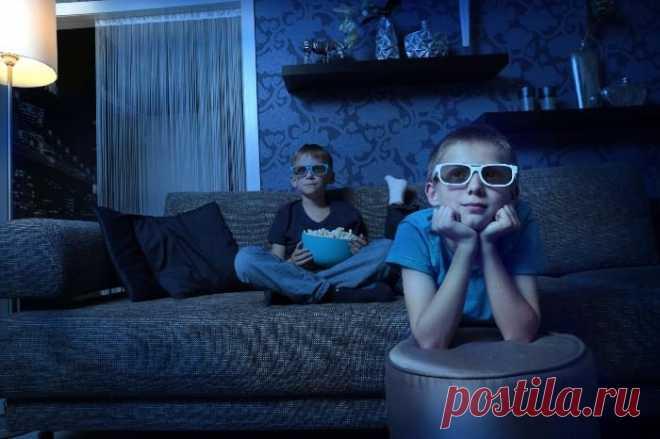 Мама с папой у телевизора / Малютка