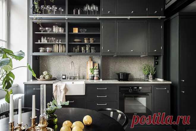 Небольшая квартира с роскошной черной кухней