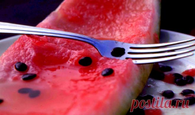Вот почему вы должны есть семена арбуза Мы все думаем об арбузах, как о бодрящей закуске.Но знаете ли вы, что большинство людей даже не использует лучшую часть плода?В то время, как все мы любим сочную красную мякоть, многие из нас не зна...