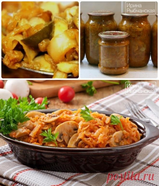 Капусту с овощами солим, добавляем сахар, вливаем раствор томатной пасты.